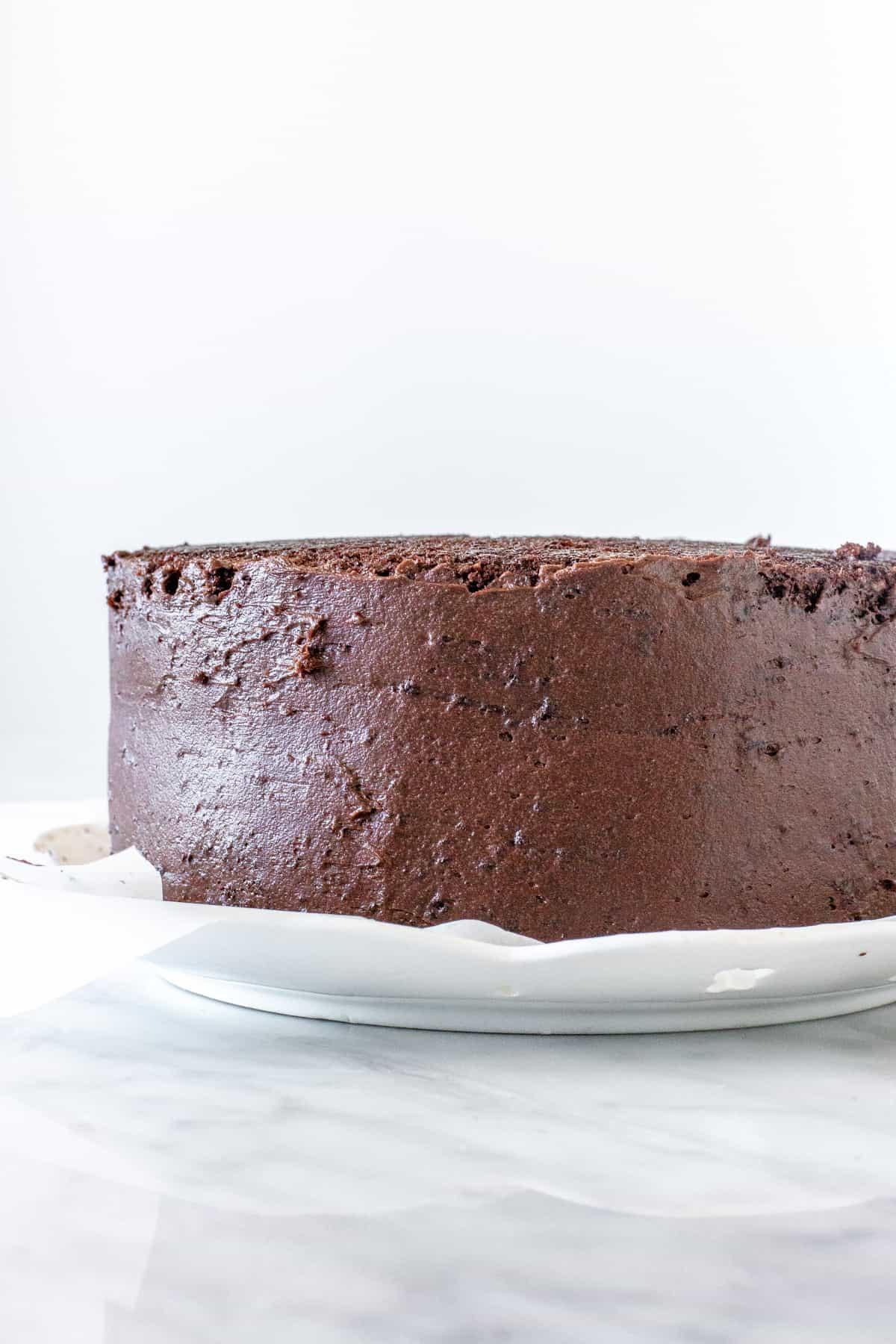 Chocolate cake with crumb coat around the sides.