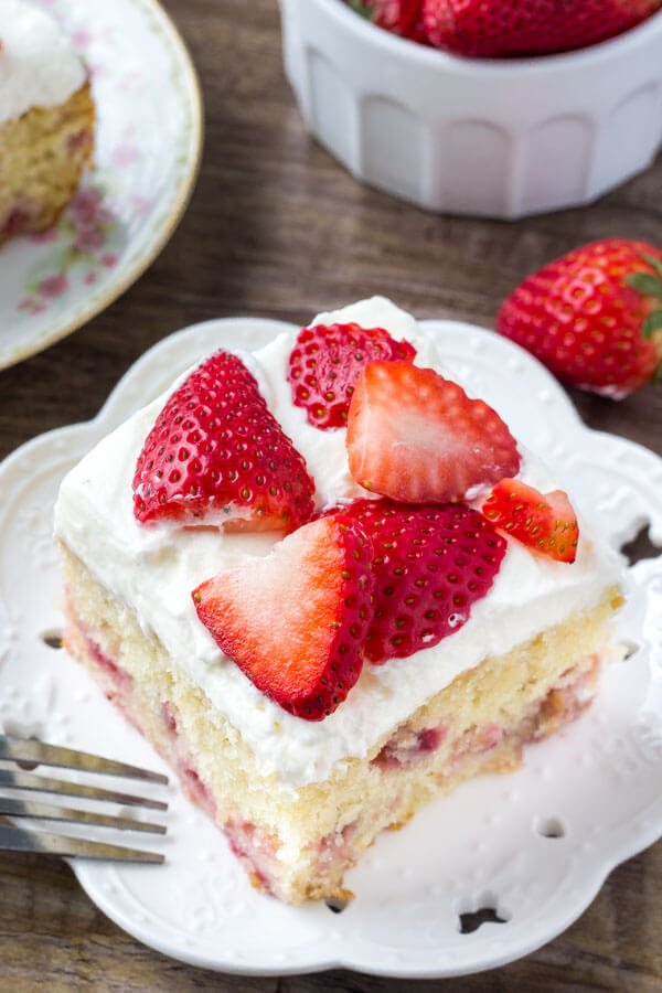 Easy strawberry cake with juicy strawberries
